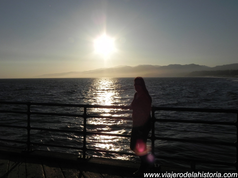 imagen de puesta de sol desde el muelle de Santa Mónica, Los Ángeles, California