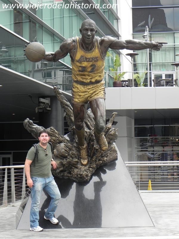 "imagen de Estatua de Earvin ""Magic"" Johnson en el Staples Center, Los Ángeles, USA"