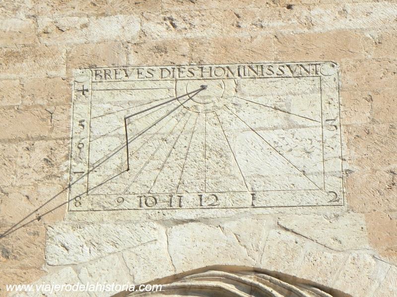 imagen de reloj de sol sobre la puerta de la fachada lateral de la Iglesia de Santiago, Villena, Alicante