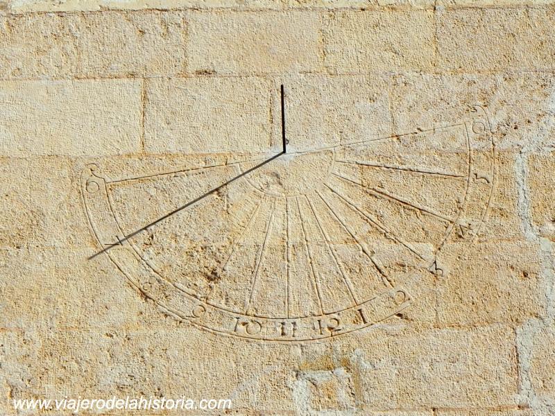 imagen de otro reloj de sol en la fachada lateral de la Iglesia de Santiago, Villena, Alicante