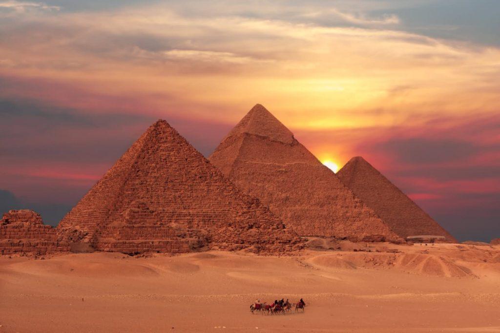 imagen de las pirámides de Keops, Kefrén y Micerinos