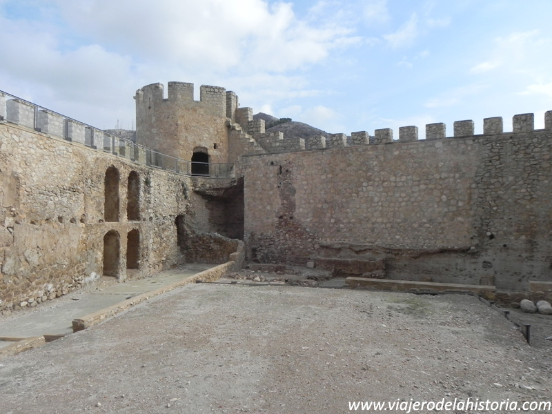 imagen de patio de armas del castillo de Villena, Alicante