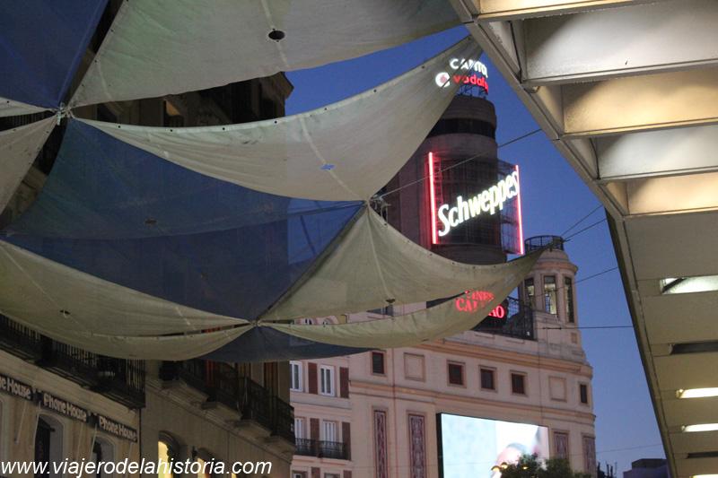 Imagen del Edificio Capitol, visto desde la calle Preciados, Madrid, España