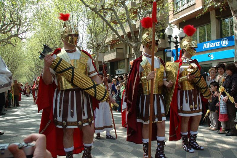 imagen de república romana: Líctores romanos portando fasces con hachas
