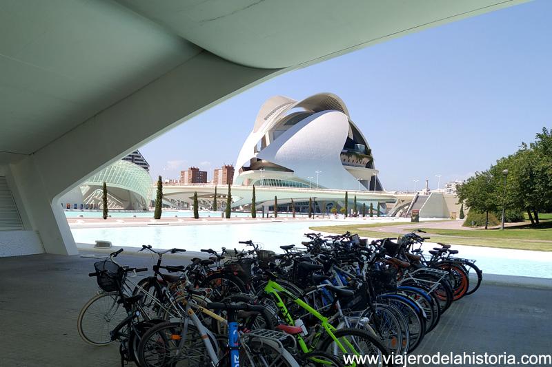 Valencia en bicicleta: aparcamiento en el Museo de las Ciencias